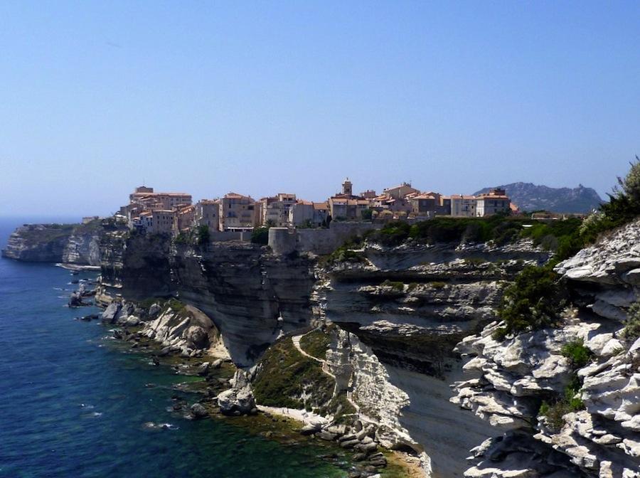 Bonifacio es una de las ciudades más bellas de Córcega. Visítenla por tierra y por mar. No olviden de hacer una excursión por la Escalera del Rey de Aragón, ¡simplemente espectacular!. Foto de JIMM1965.