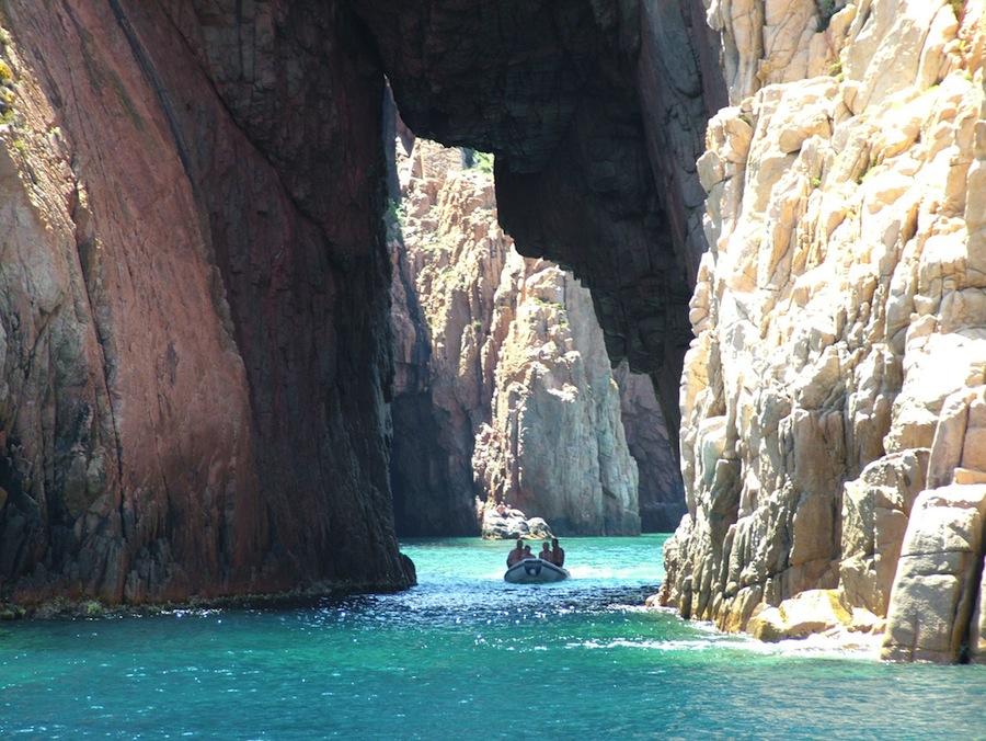 Una vuelta por la Reserva Natural de Scandola es algo muy recomendable en sus vacaciones en Córcega. Foto de BlacKnife66.