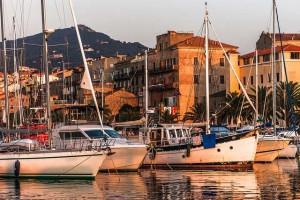 Vista del puerto y el caco antiguo de Propriano. Foto de Simon Massicotte.
